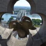 Auf dem Kölner Dom: Durch ein Kleeblatt aus Stein fällt der Blick auf die Hohenzollernbrücke.