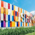 Eine Außenwand eines Museums, farbig verfliest mit dem Schriftzug Museum.