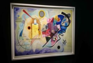 Ein Gemälde mit intensiven Farben und sehr unterschiedlichen geometrischen Formen, ermöglicht keine klaren Zuordnungen und Beschreibungen. Es erscheint wie ein Feuerwerk und motiviert, sich immer wieder neu damit zu beschäftigen