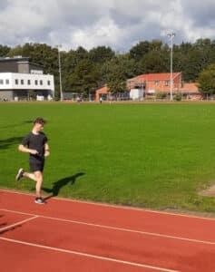 Dauerläufer beim Training im Stadion