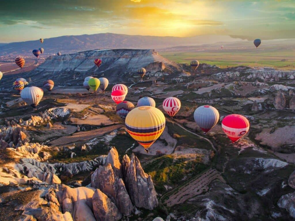 Heißluftballons in der Abendsonne, Luftaufnahme
